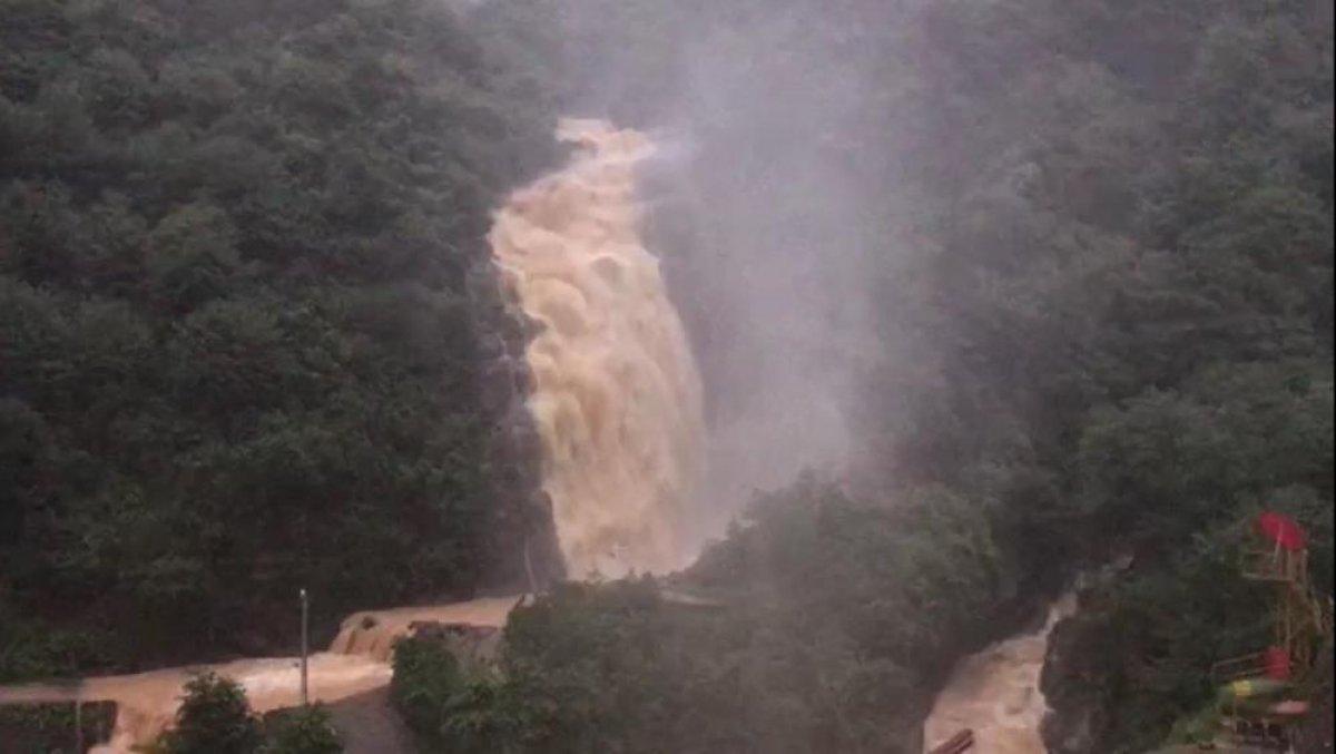 Rize de sağanak yağış yolları göle çevirdi  #5