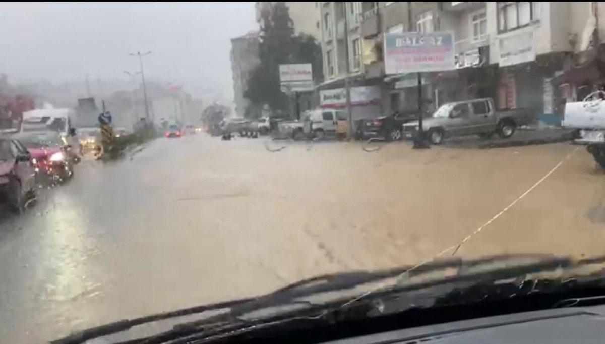 Rize de sağanak yağış yolları göle çevirdi  #2