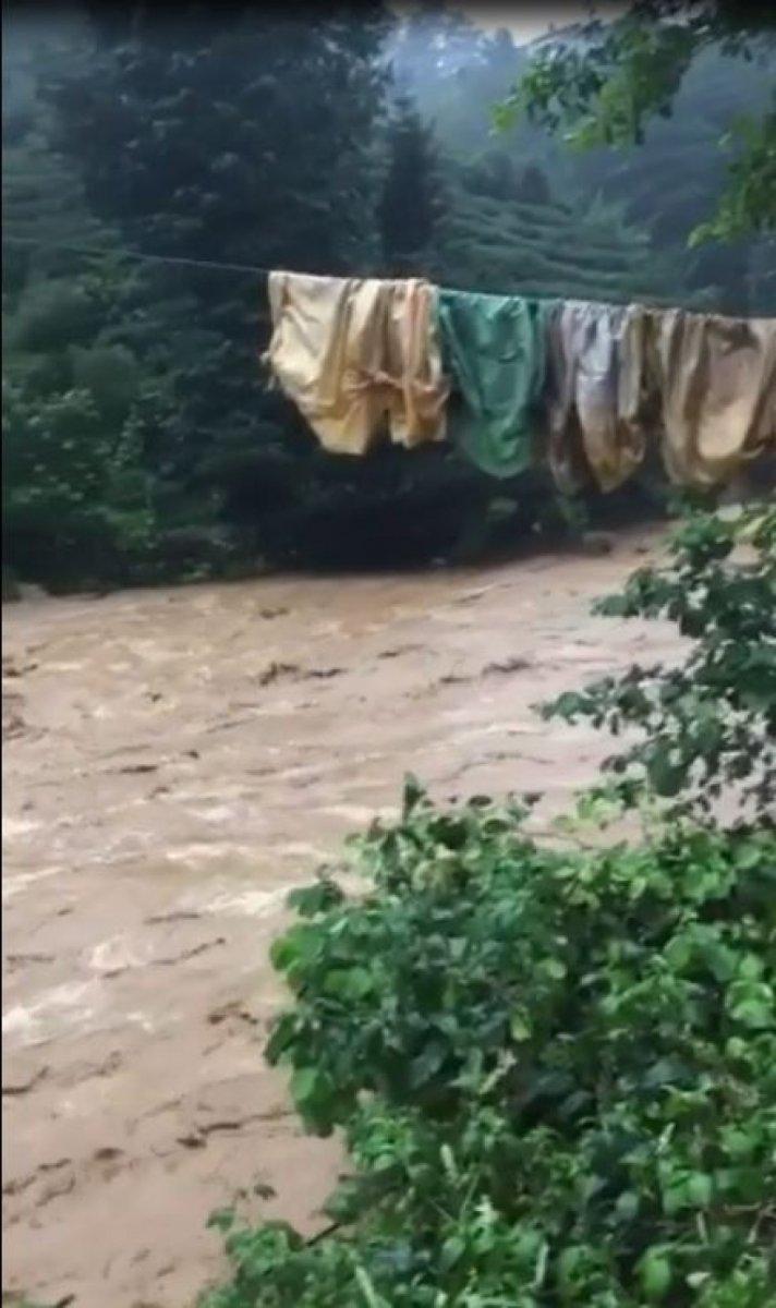 Rize de sağanak yağış yolları göle çevirdi  #3