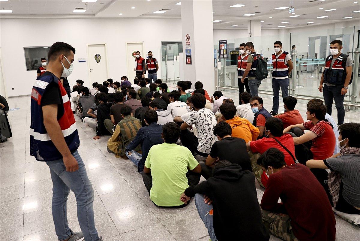 7 ayda 37 bin düzensiz göçmen sınır dışı edildi #13