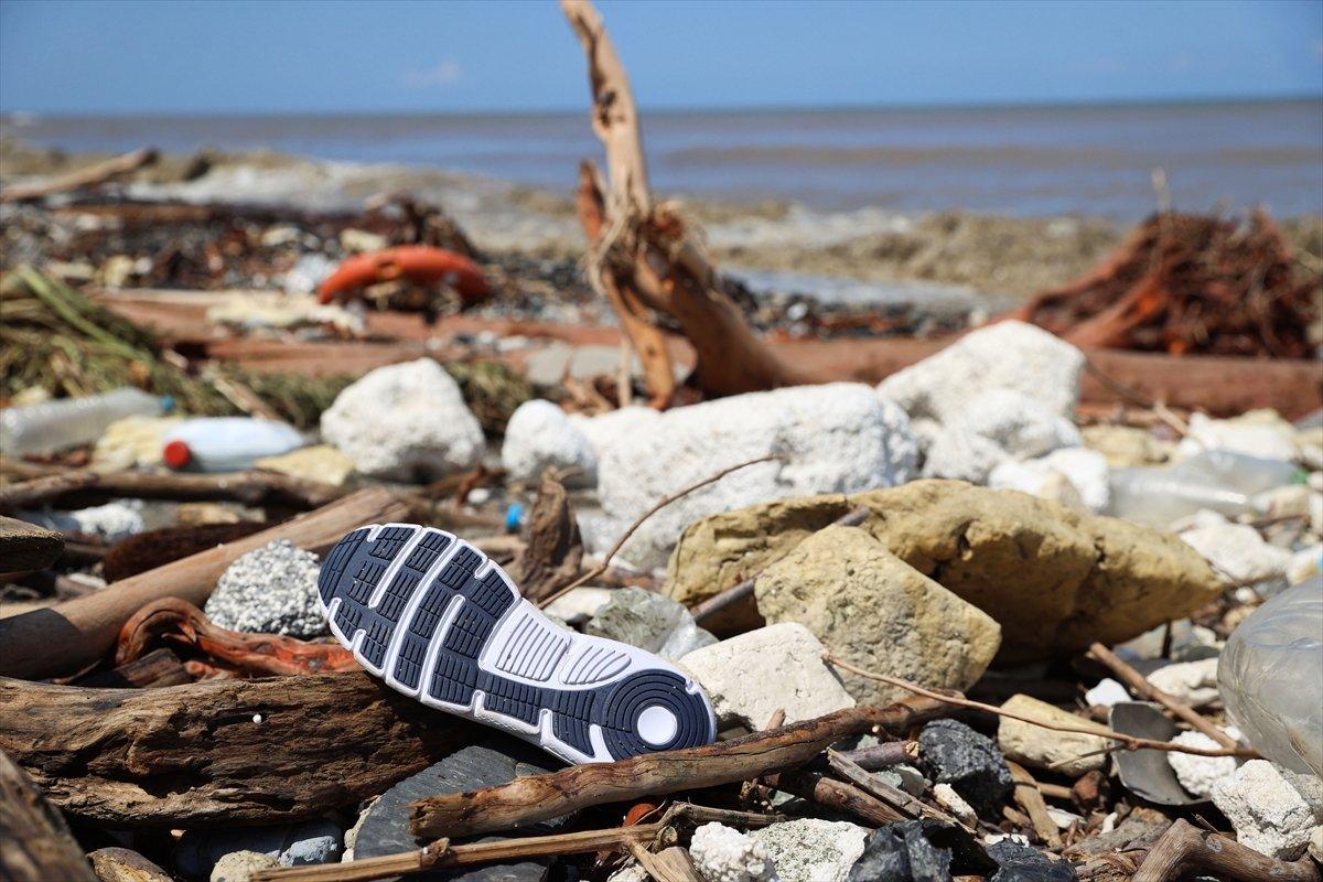 Kastamonu da selin ardından eşyalar sahile vurdu #8