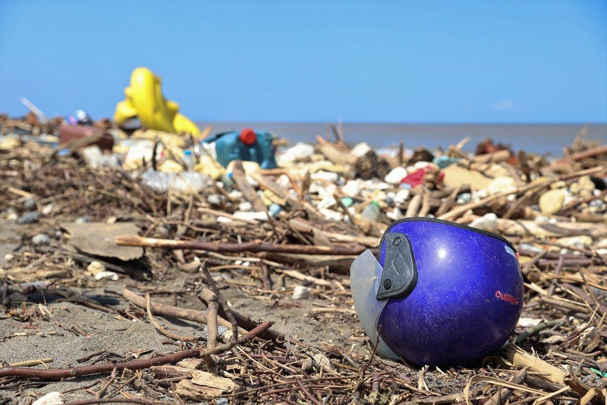 Kastamonu da selin ardından eşyalar sahile vurdu #5