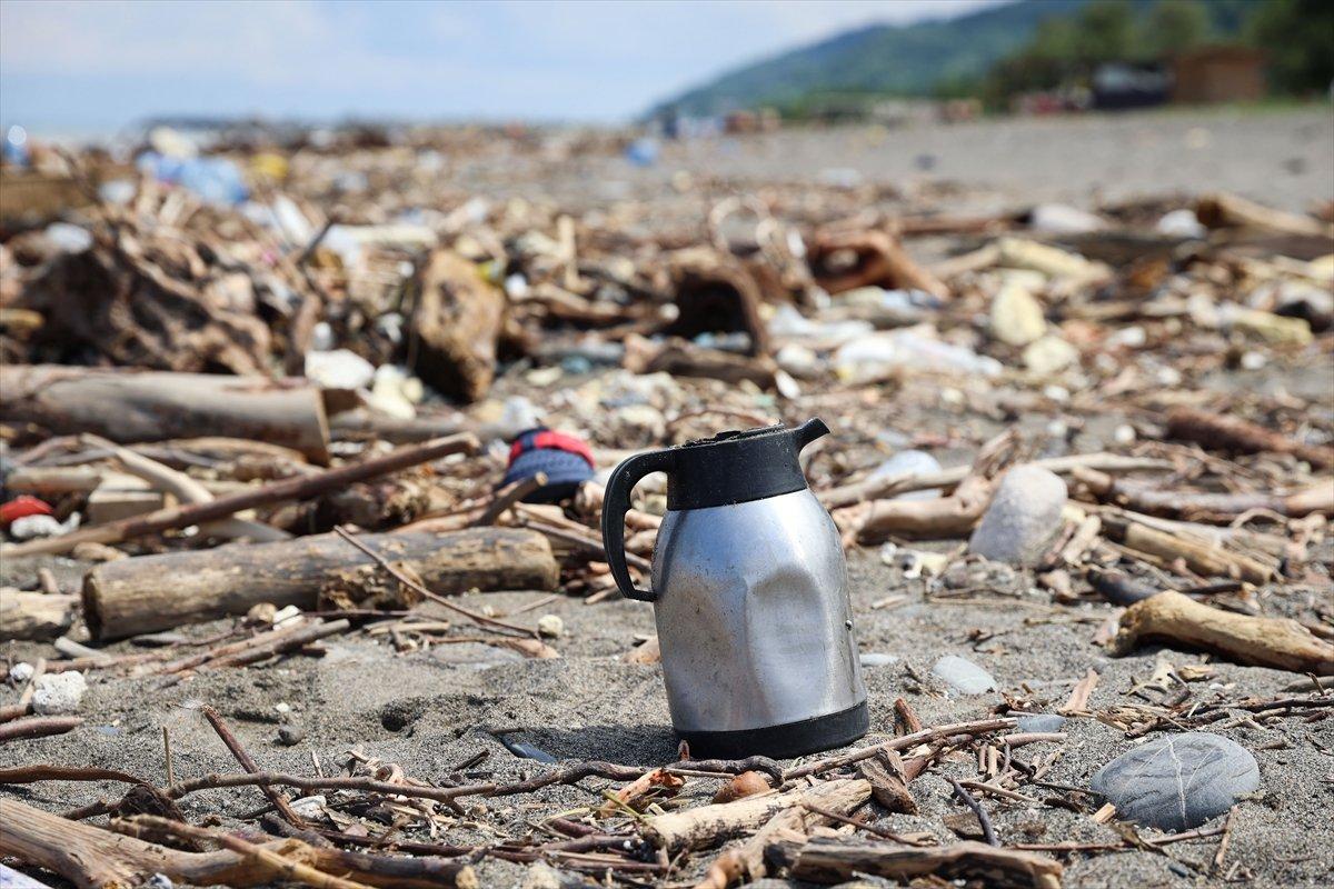 Kastamonu da selin ardından eşyalar sahile vurdu #10