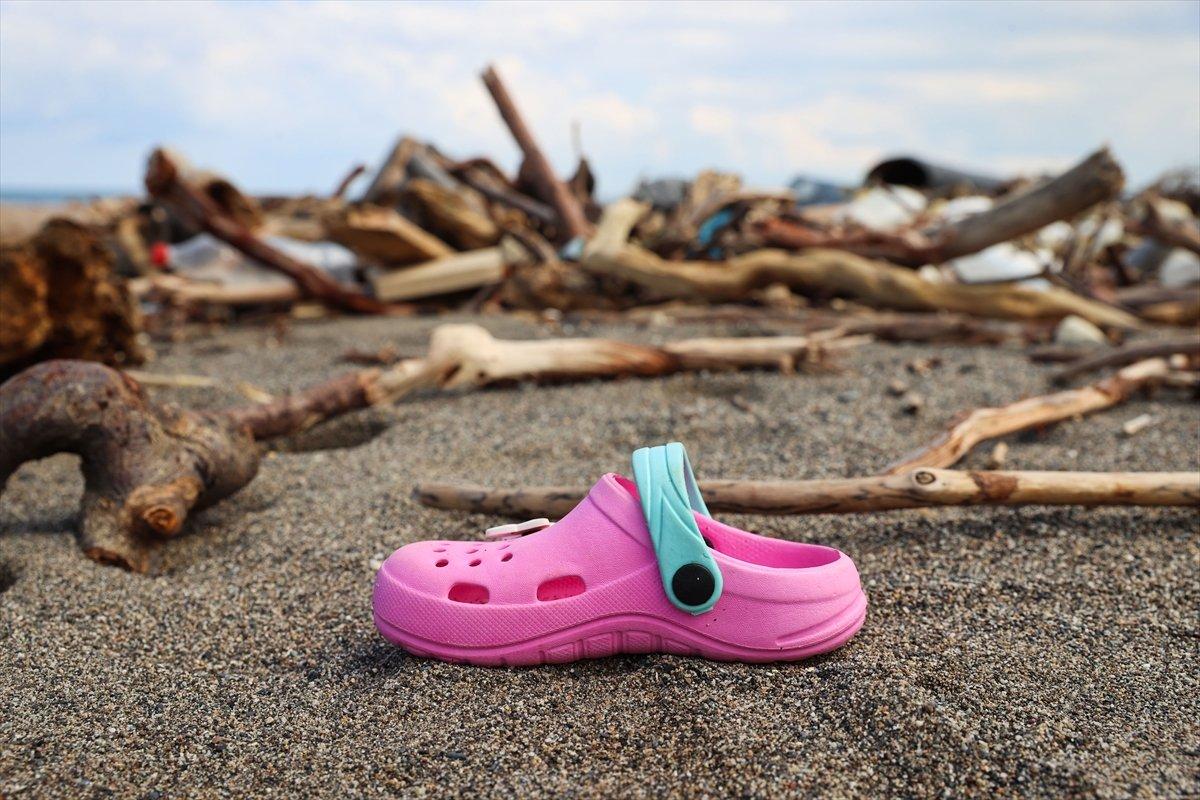 Kastamonu da selin ardından eşyalar sahile vurdu #2