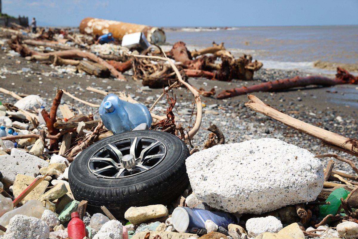 Kastamonu da selin ardından eşyalar sahile vurdu #4