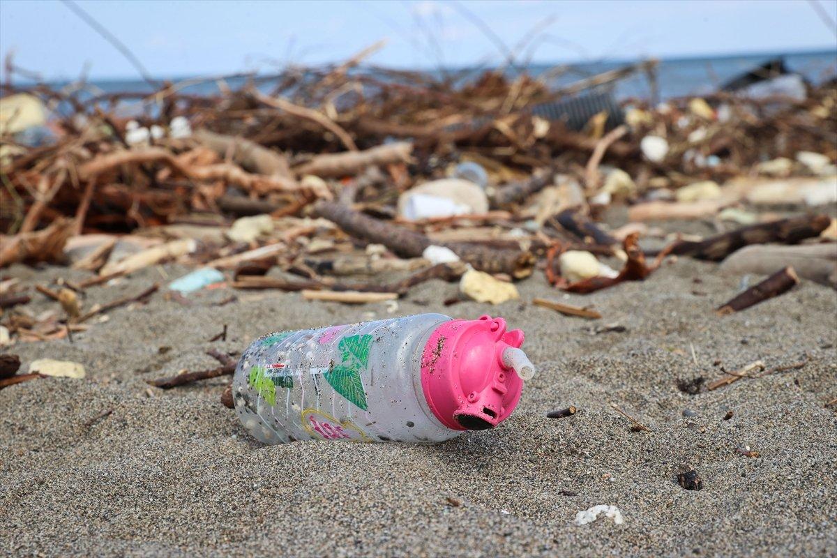 Kastamonu da selin ardından eşyalar sahile vurdu #9