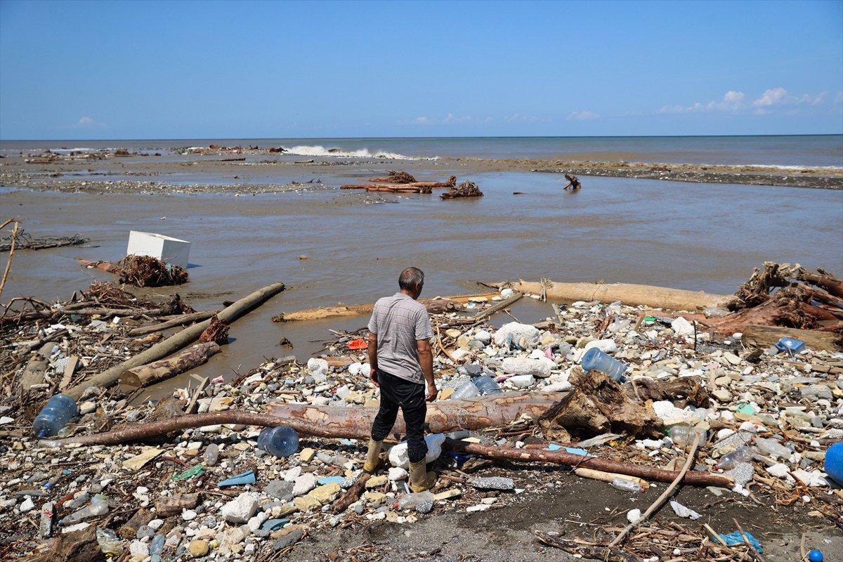 Kastamonu da selin ardından eşyalar sahile vurdu #13
