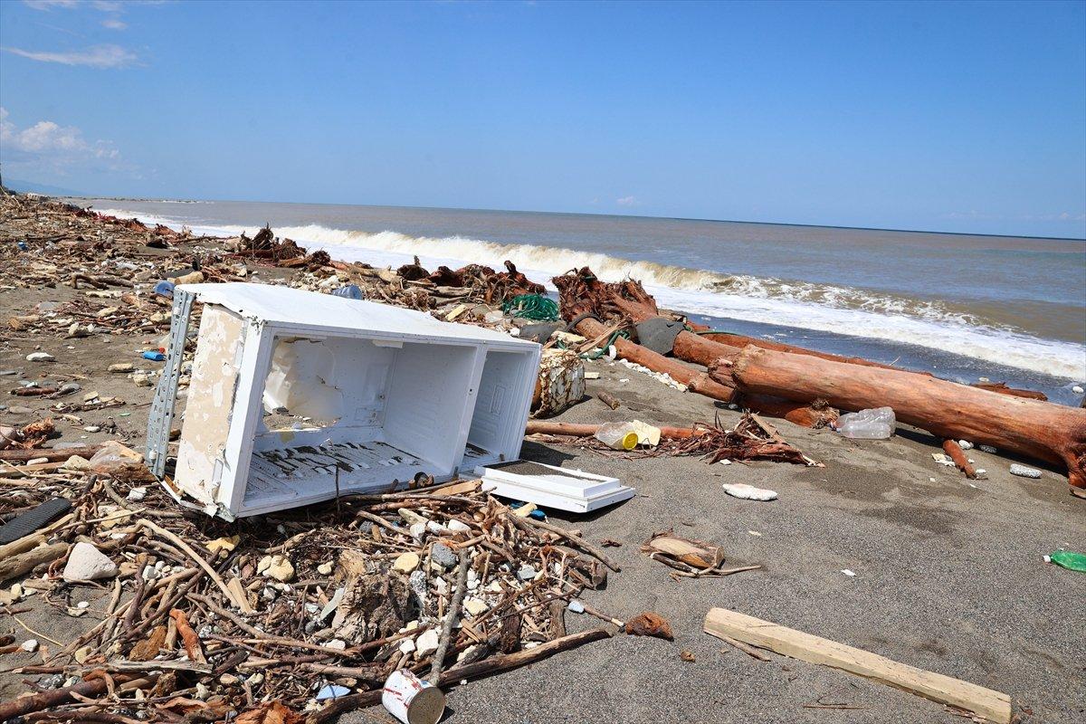 Kastamonu da selin ardından eşyalar sahile vurdu #11