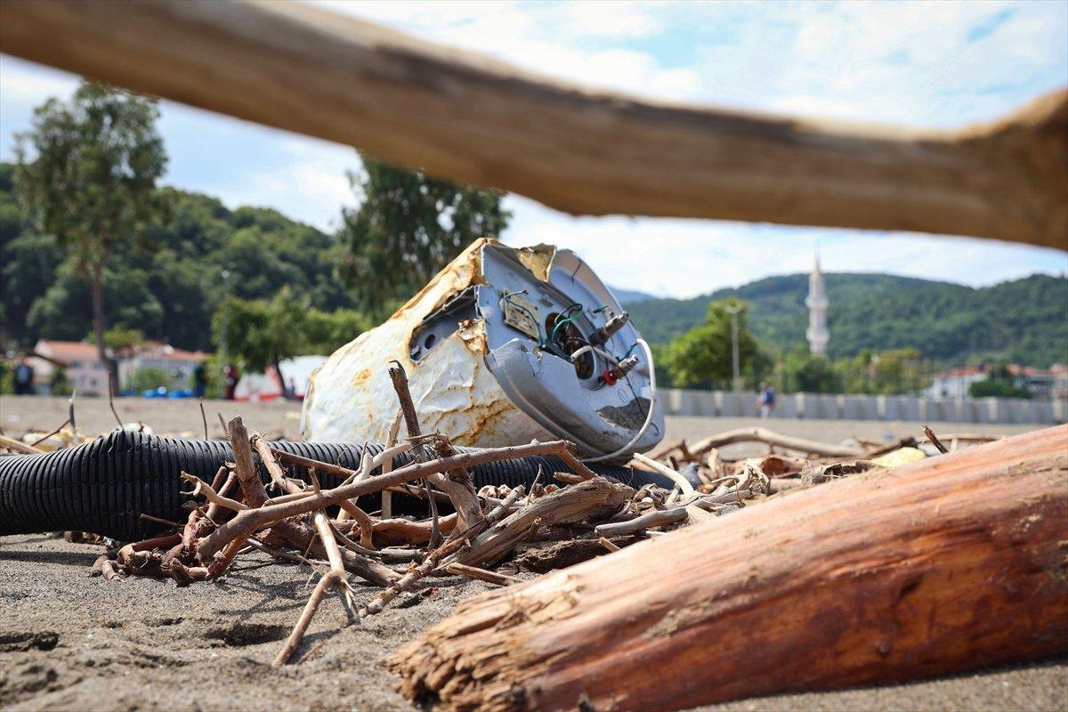 Kastamonu da selin ardından eşyalar sahile vurdu #1