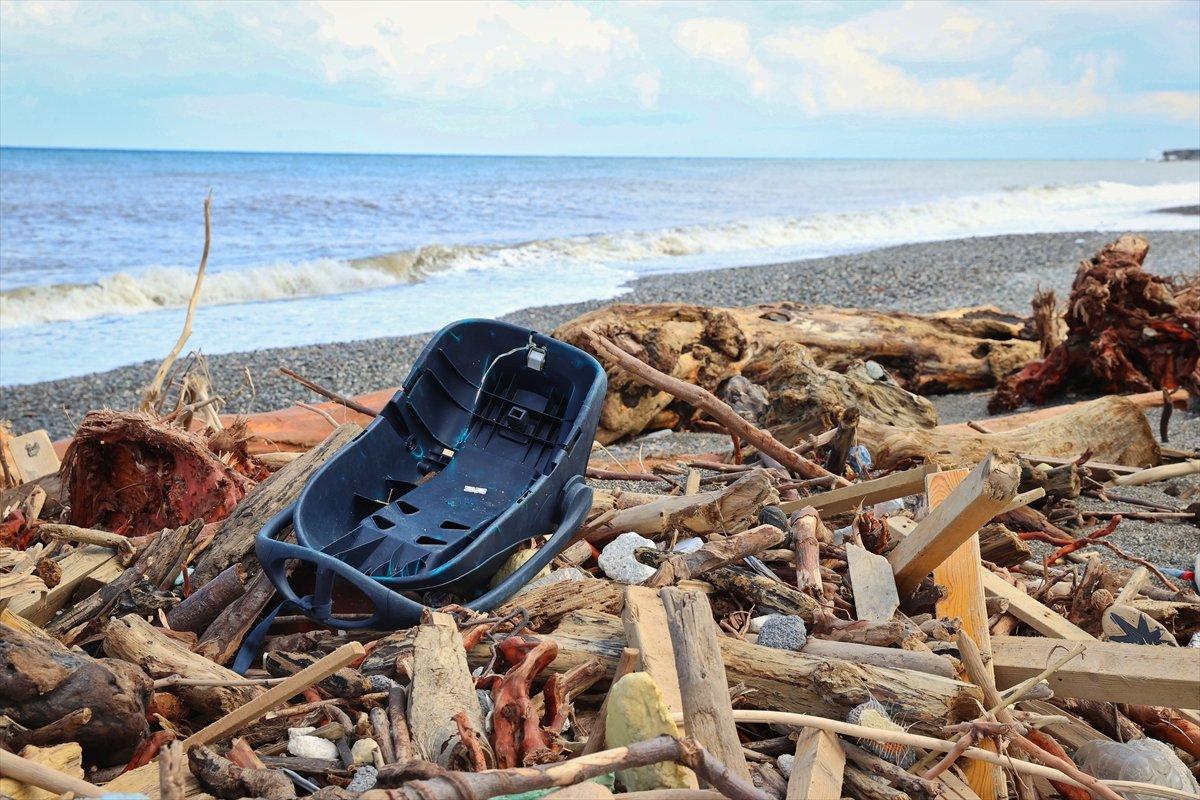 Kastamonu da selin ardından eşyalar sahile vurdu #7