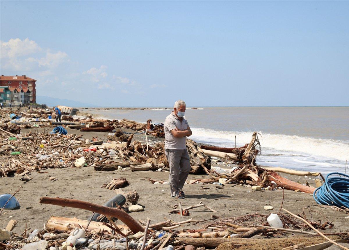 Kastamonu da selin ardından eşyalar sahile vurdu #12