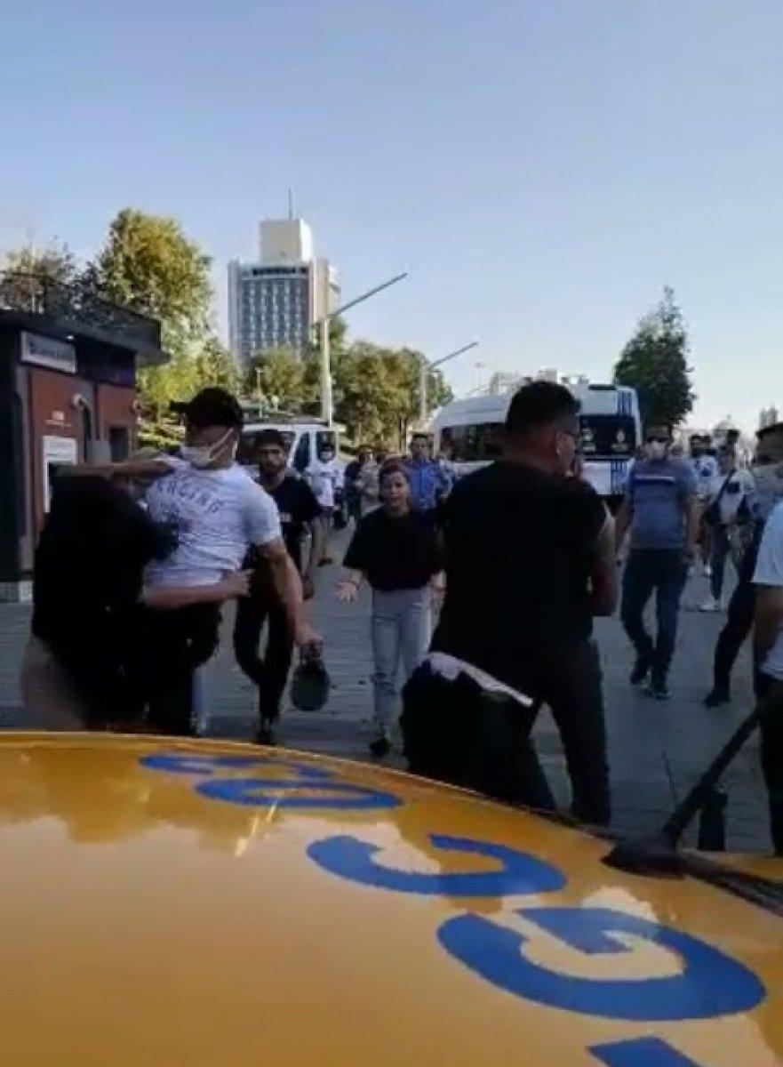 Taksim'de, İBB zabıtası kadına uçan tekme attı #1