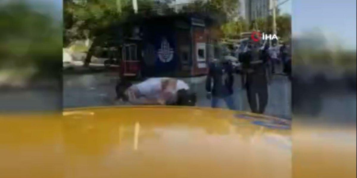 Taksim'de, İBB zabıtası kadına uçan tekme attı #4