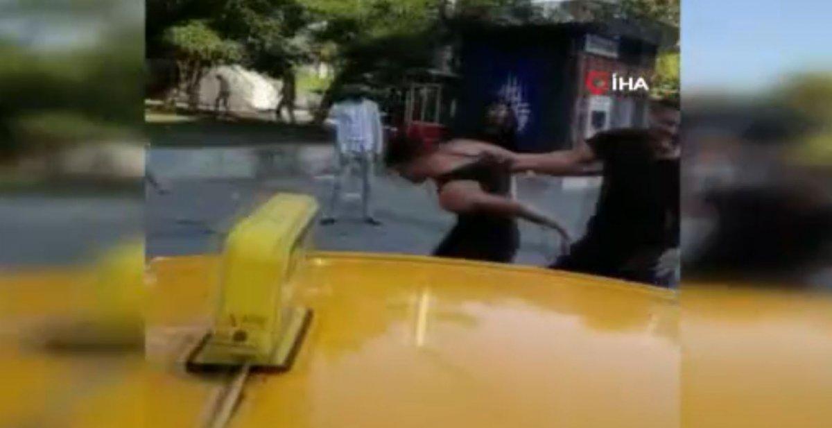 Taksim'de, İBB zabıtası kadına uçan tekme attı #3