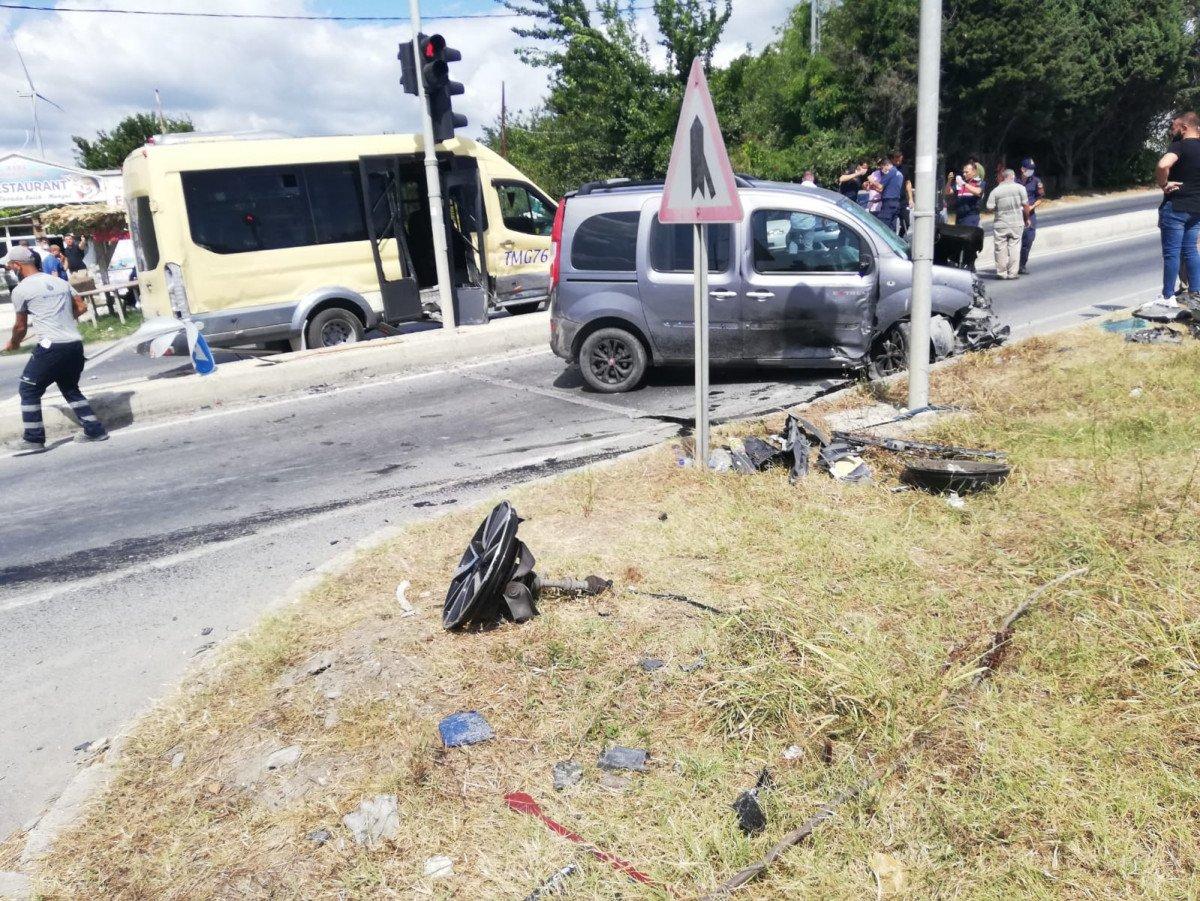 İstanbul da yolcu minibüsü ile hafif ticari araç çarpıştı: 6 yaralı #6