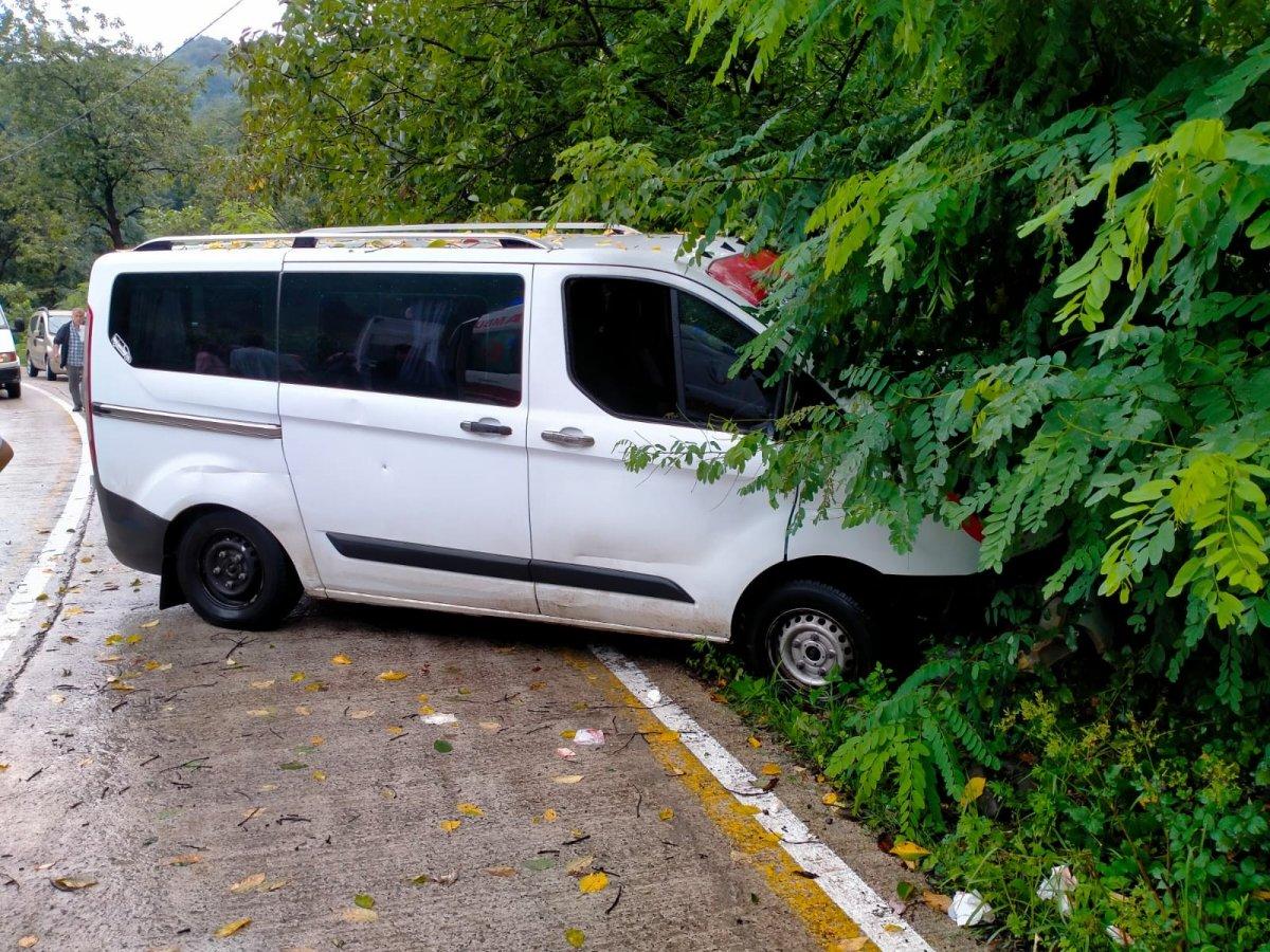 Samsun da minibüs ağaca çarptı #2