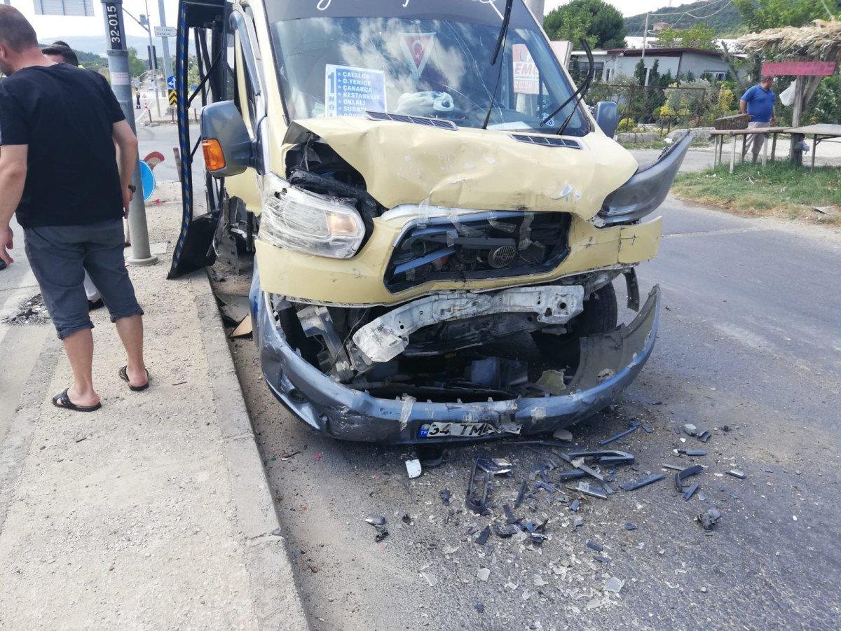 İstanbul da yolcu minibüsü ile hafif ticari araç çarpıştı: 6 yaralı #5