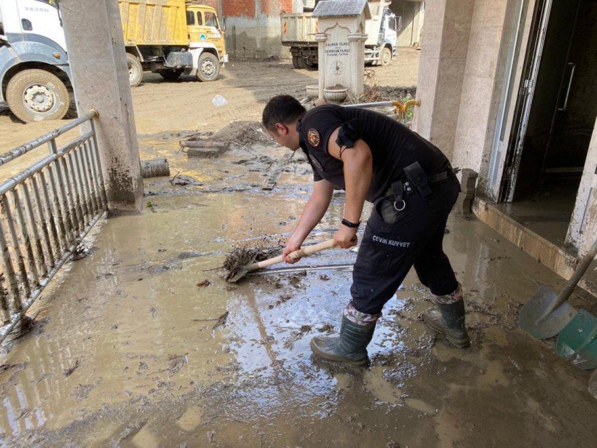 Polisler, Sinop ve Kastamonu daki yaraları sarmak için sahaya çıktı #2