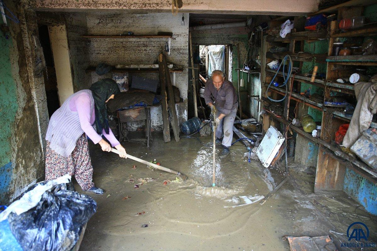 Bartın da sel felaketinde çatıda eşiyle helalleşti #8