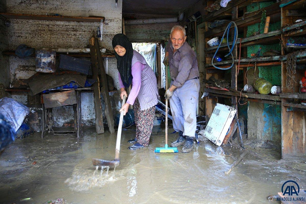 Bartın da sel felaketinde çatıda eşiyle helalleşti #9
