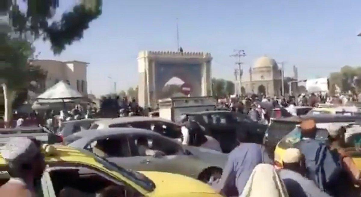 Taliban Kabil e girdi: Sokaklardaki afişler kapatılmaya başlandı  #4