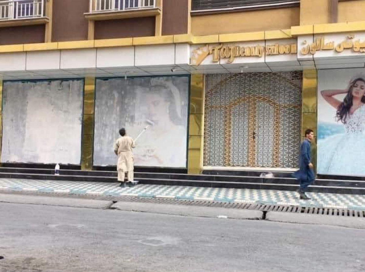 Taliban Kabil e girdi: Sokaklardaki afişler kapatılmaya başlandı  #1