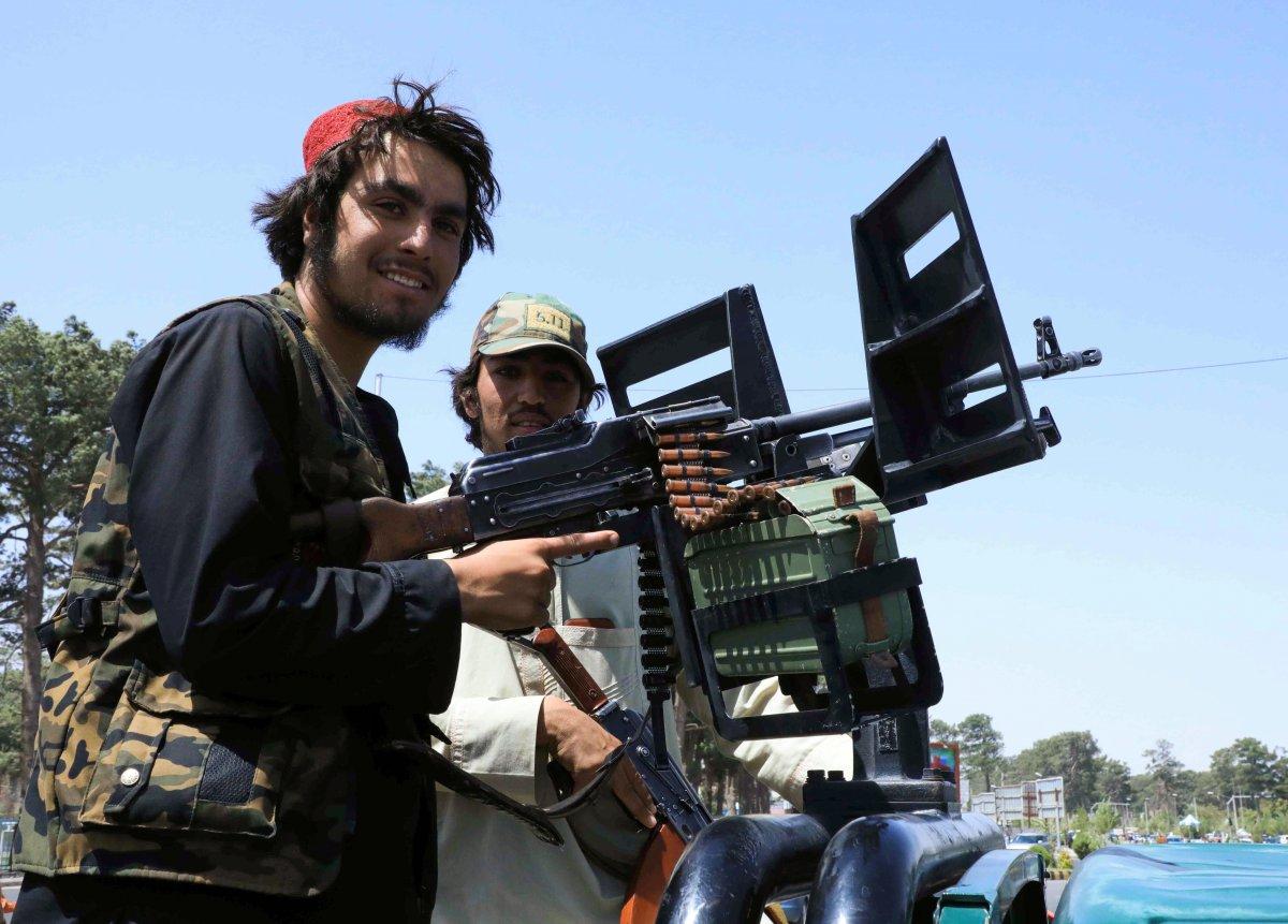 Taliban Kabil e girdi: Sokaklardaki afişler kapatılmaya başlandı  #3
