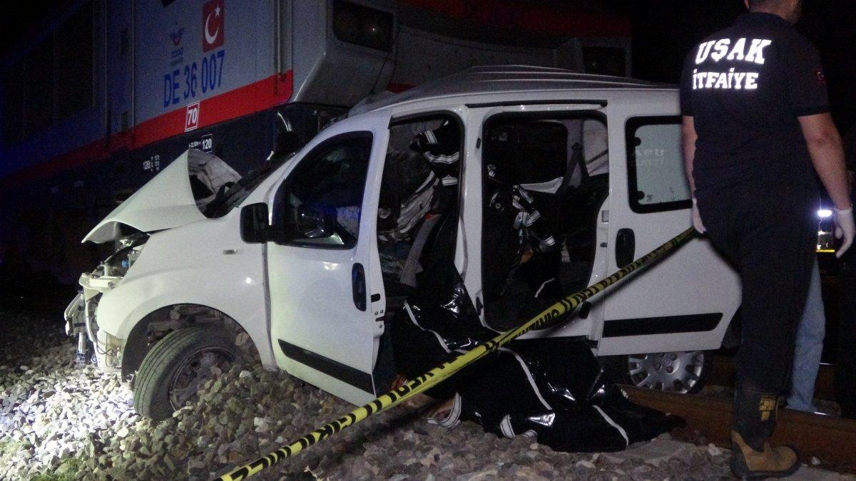 Uşak ta otomobil ile tren çapıştı: 2 ölü  #1