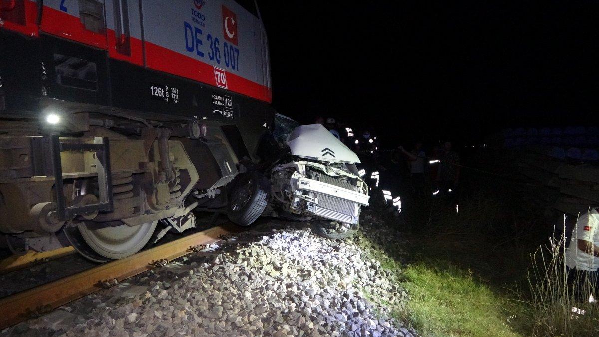 Uşak ta otomobil ile tren çapıştı: 2 ölü  #2
