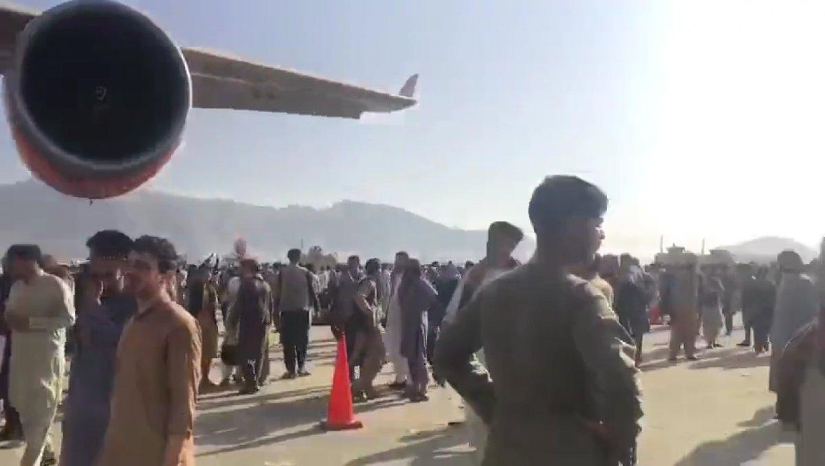 Yüzlerce Afgan, uçağa binebilmek için birbirini ezdi #7