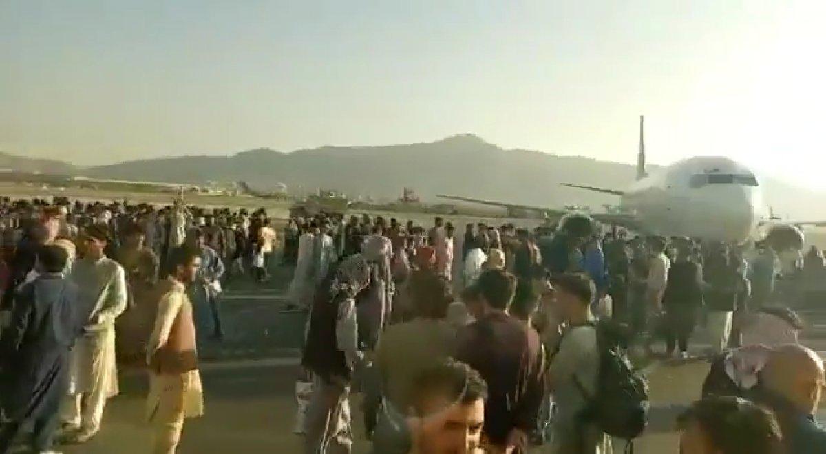 Yüzlerce Afgan, uçağa binebilmek için birbirini ezdi #8