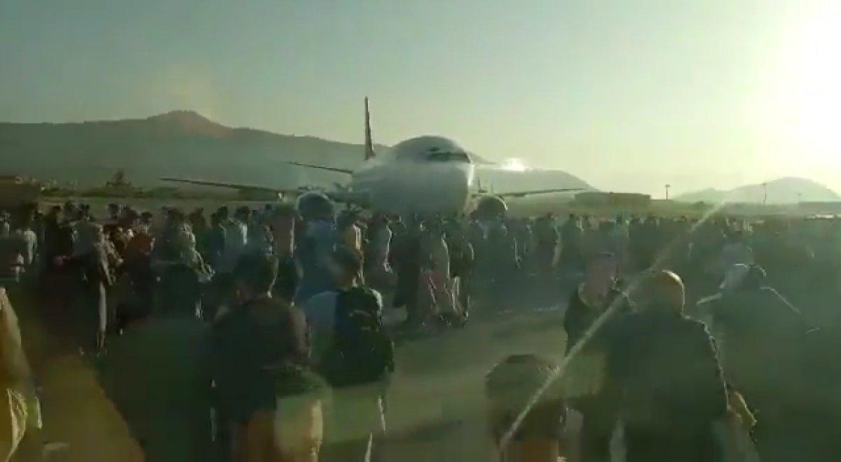 Yüzlerce Afgan, uçağa binebilmek için birbirini ezdi #6