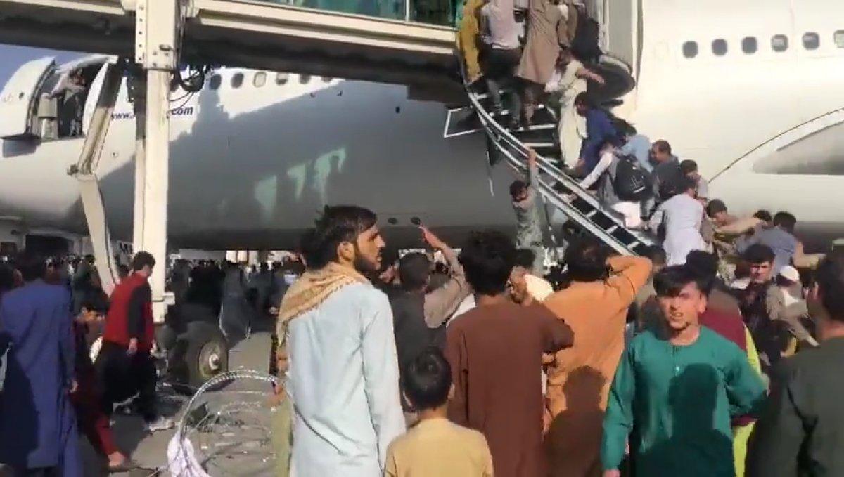 Yüzlerce Afgan, uçağa binebilmek için birbirini ezdi #4