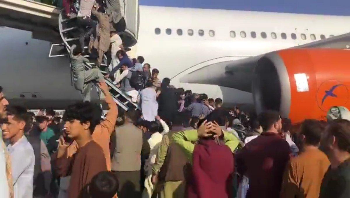 Yüzlerce Afgan, uçağa binebilmek için birbirini ezdi #2