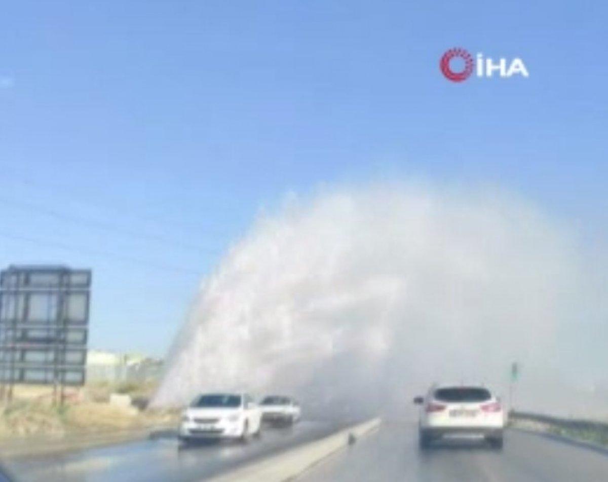 İSKİ'nin su borusu patladı, sürücüler zor anlar yaşadı #1