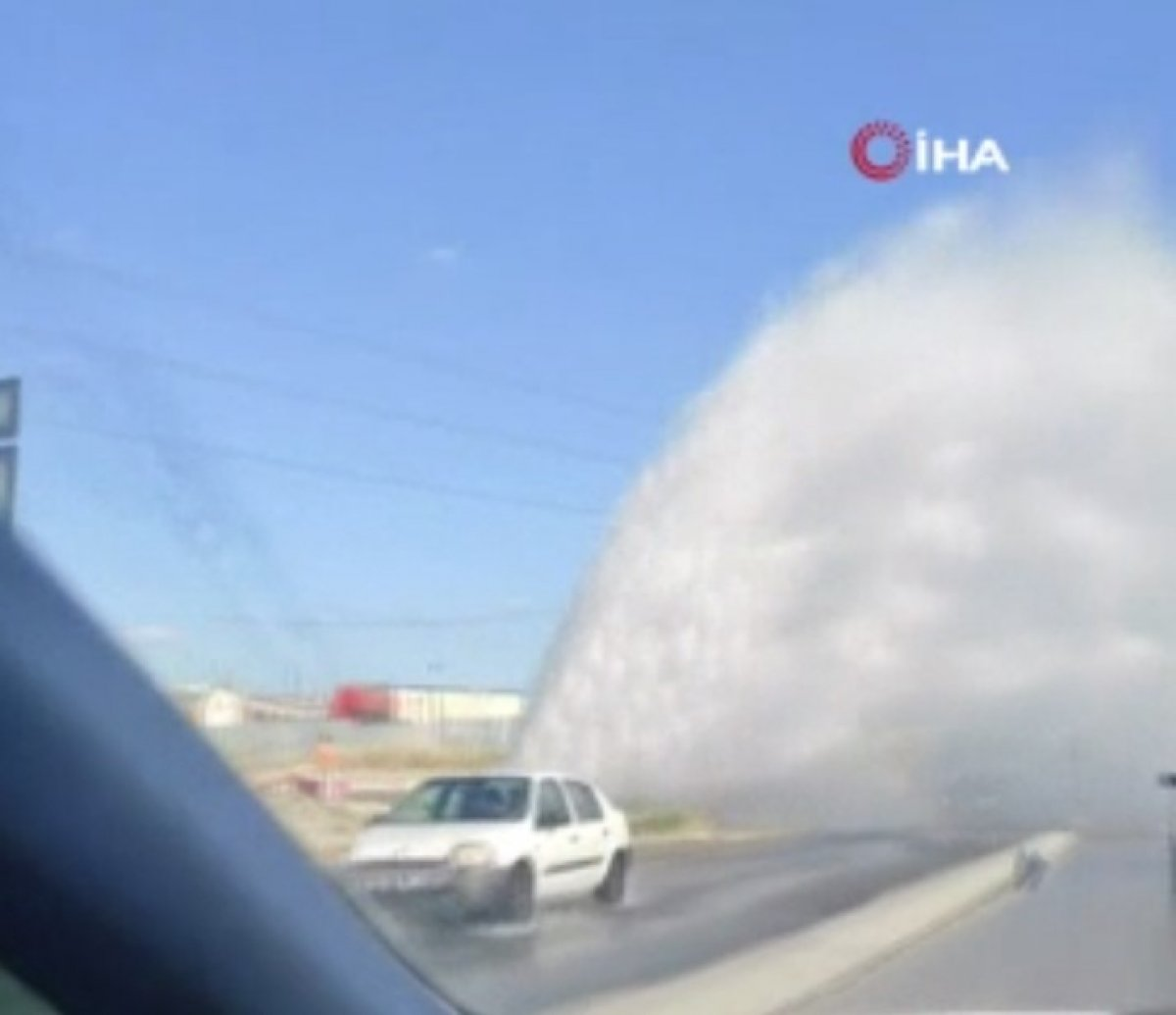 İSKİ'nin su borusu patladı, sürücüler zor anlar yaşadı #2