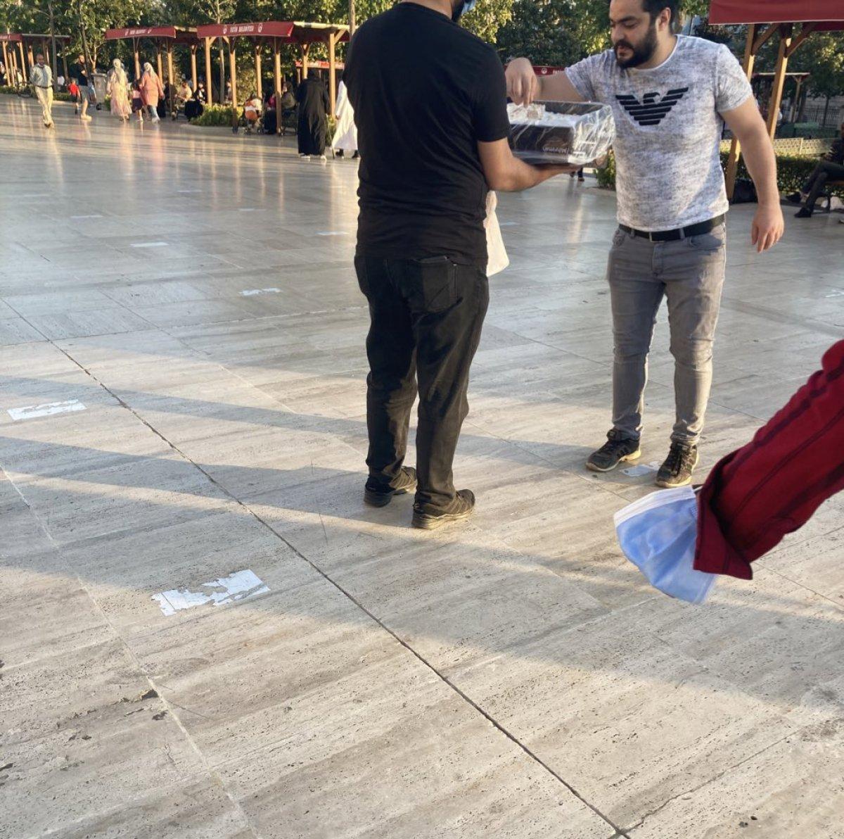 Türkiye de Taliban ın Kabil i ele geçirmesini kutlayanlar lokum dağıttı #3