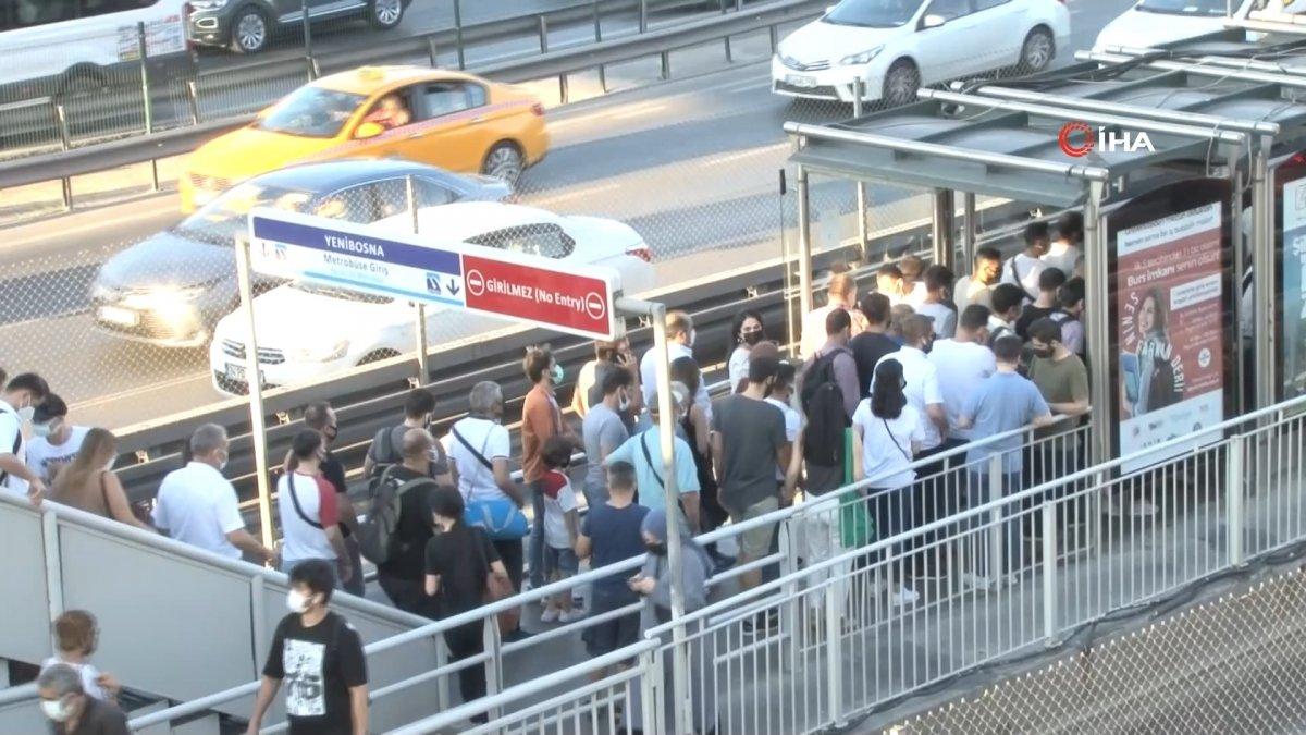 İstanbul da metrobüs bozulunca duraklarda yoğunluk oluştu #2