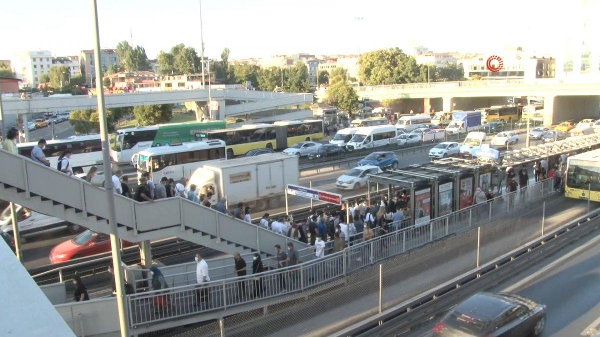 İstanbul da metrobüs bozulunca duraklarda yoğunluk oluştu #1