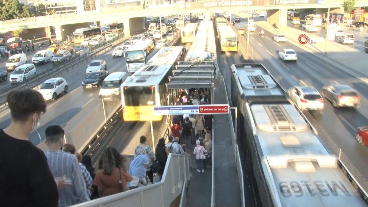 İstanbul da metrobüs bozulunca duraklarda yoğunluk oluştu #3