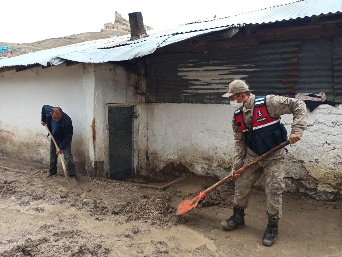 Kars'ta, jandarma ve komandolar sel bölgesinde  #14