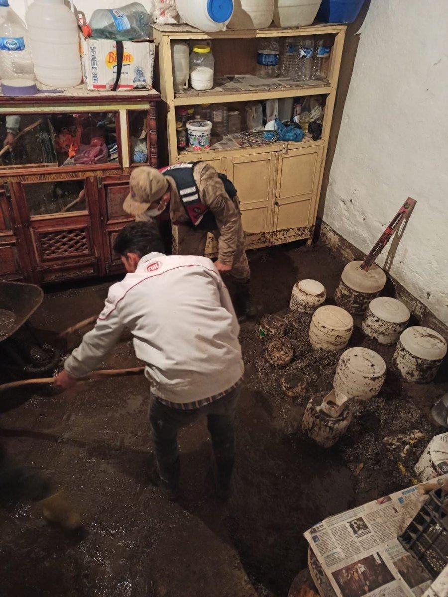 Kars'ta, jandarma ve komandolar sel bölgesinde  #15