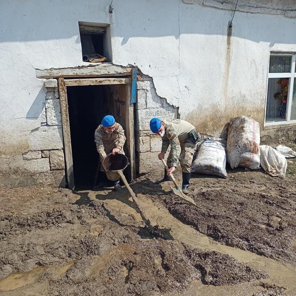 Kars'ta, jandarma ve komandolar sel bölgesinde  #3