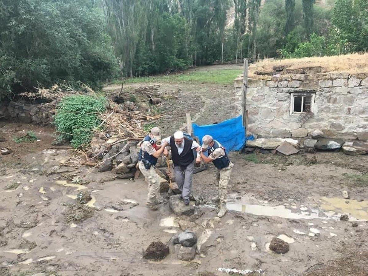 Kars'ta, jandarma ve komandolar sel bölgesinde  #2