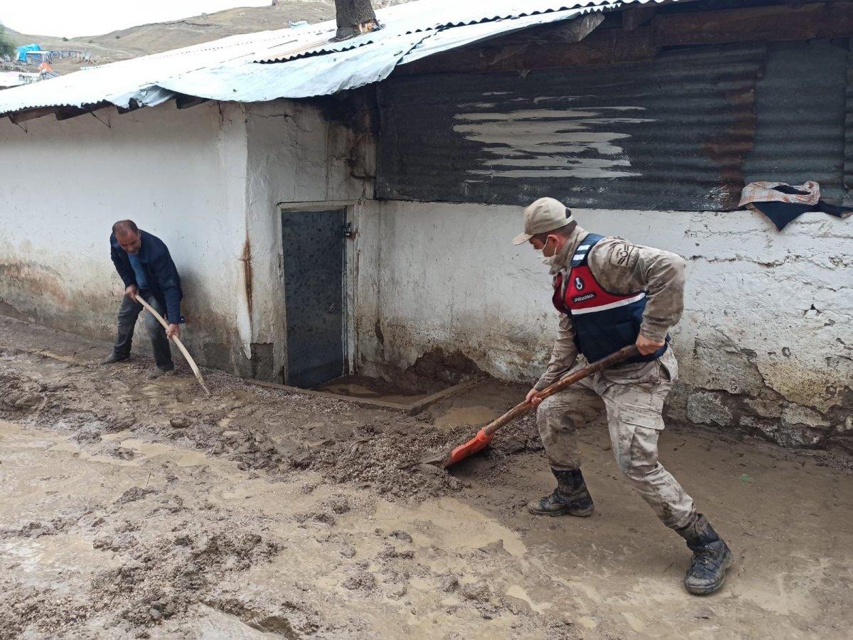 Kars'ta, jandarma ve komandolar sel bölgesinde  #13