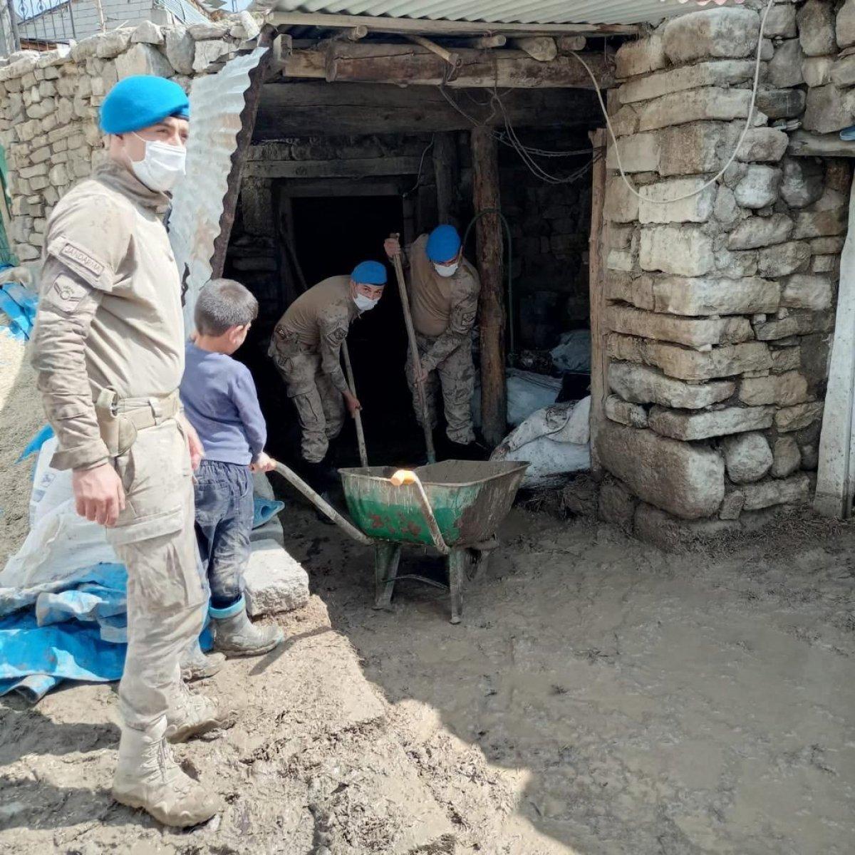 Kars'ta, jandarma ve komandolar sel bölgesinde  #4