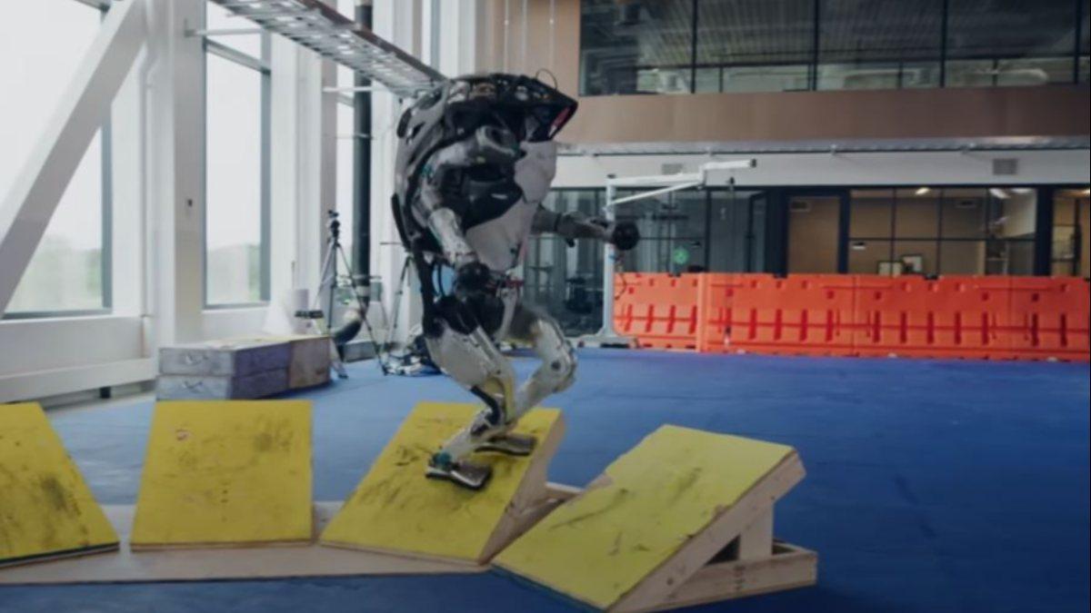 İki ayaklı Atlas robotu parkurda şov yaptı