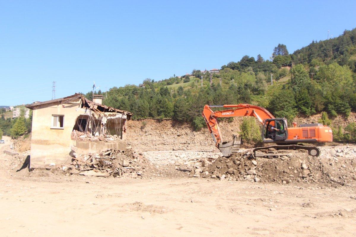 Babaçay köyünde 37 yıl önce yapılan afet evleri, selde yıkıldı #2