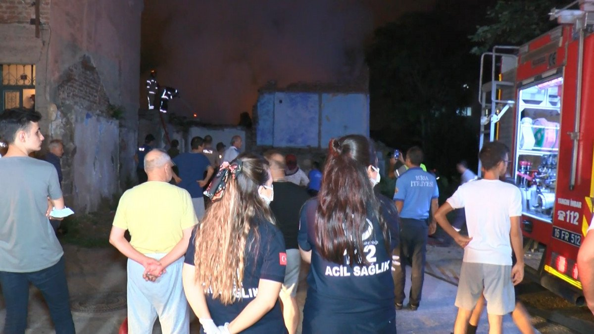 Bursa da yanan 2 katlı metruk bina çöktü  #4