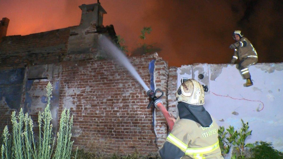 Bursa da yanan 2 katlı metruk bina çöktü  #1
